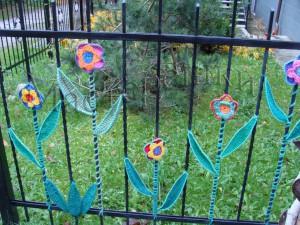22 ограда с вязаными цветами copy